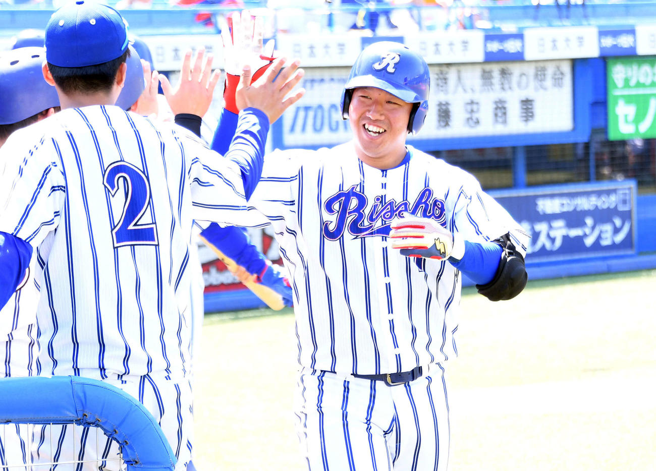 駒大対立正大 5回裏立正大無死満塁、左中間へ満塁本塁打を放った桂川(右)は生還しナインとタッチを交わす(撮影・滝沢徹郎)