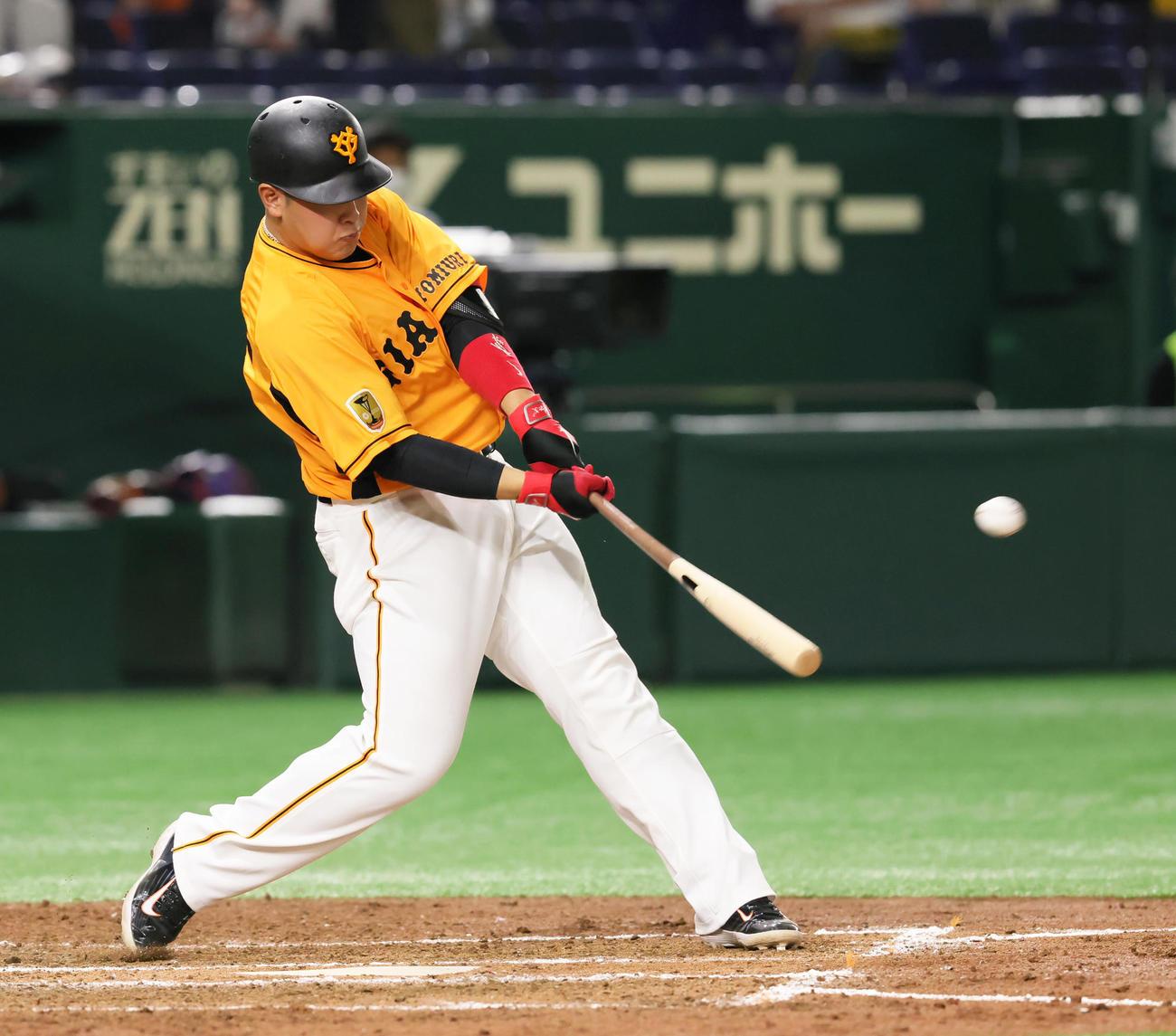 巨人対阪神 4回裏巨人1死、左中間へ2打席連続となる本塁打を放つ岡本和(撮影・足立雅史)