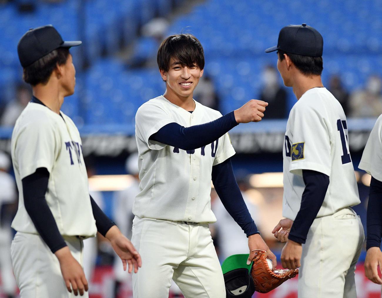 東洋大対中大 試合後、完封勝利した東洋大・細野(中央)は笑顔を見せる(撮影・滝沢徹郎)