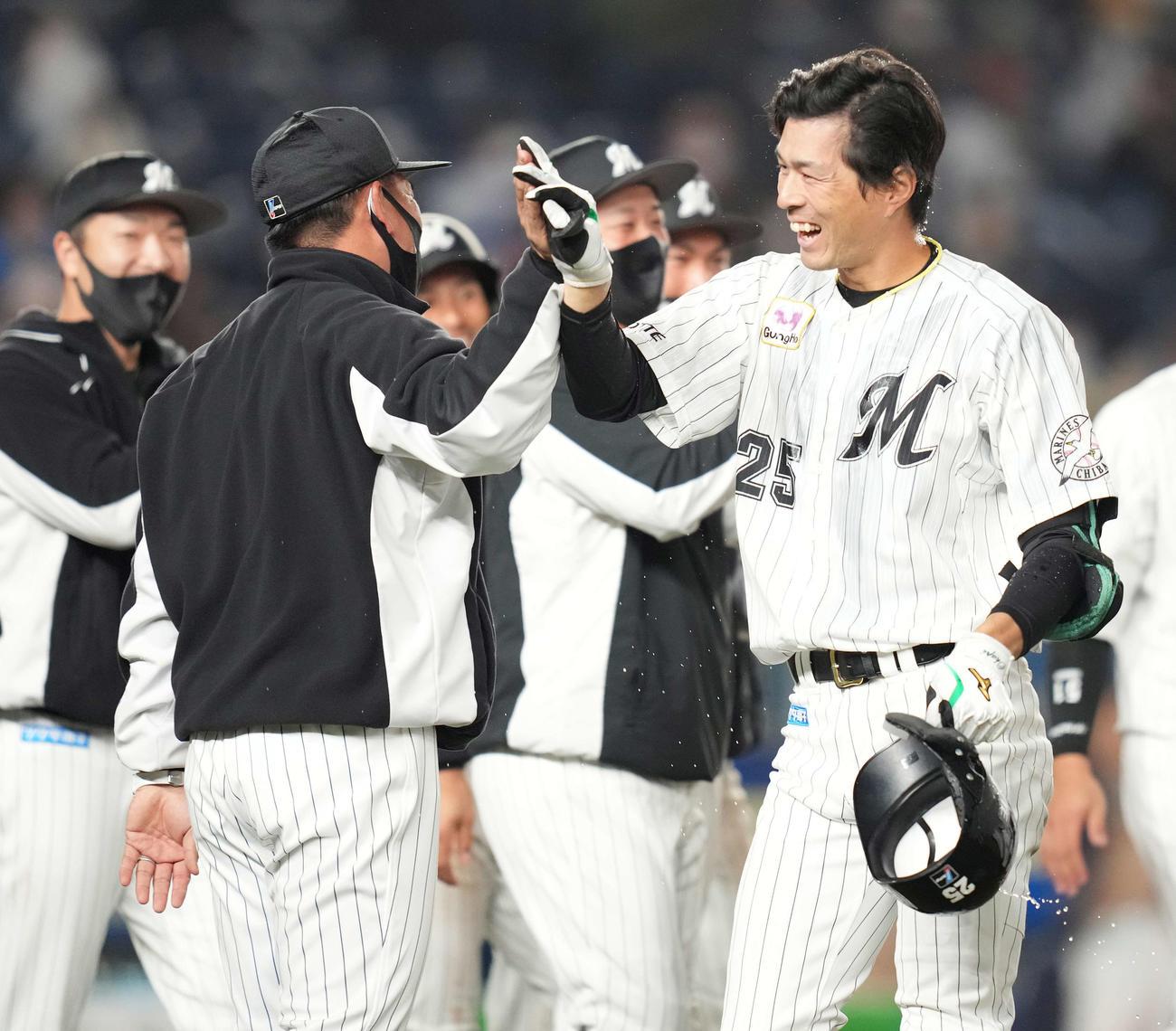 ロッテ対日本ハム サヨナラ本塁打を放ったロッテ岡(右)は井口監督とタッチを交わす(撮影・鈴木みどり)