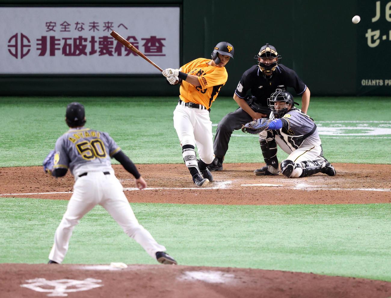 巨人対阪神 6回裏巨人2死一、二塁、適時打を放つ吉川。投手青柳(撮影・狩俣裕三)