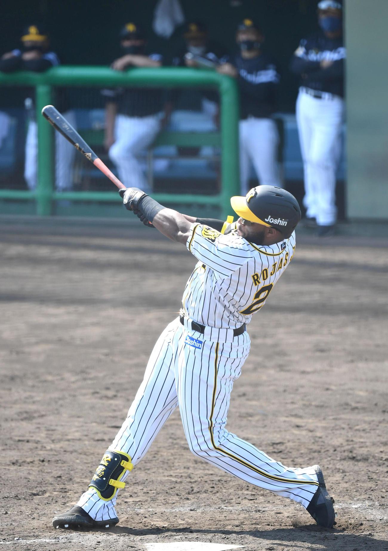 ウエスタン・リーグ阪神対ソフトバンク 5回阪神1死満塁、ロハスは2点適時二塁打を放つ(代表撮影)