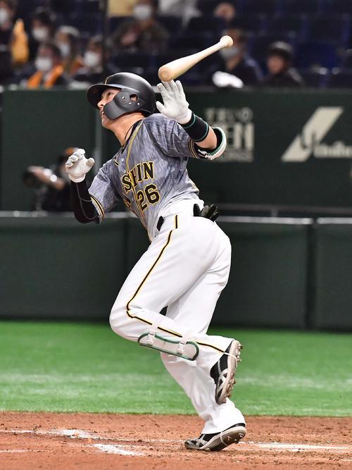 巨人対阪神 6回表阪神2死一塁、左越え2点本塁打を放つ北條(撮影・上田博志)