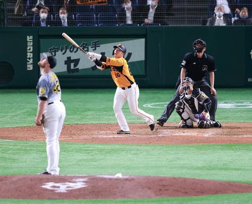 巨人対阪神 7回裏巨人無死、香月は右越えソロ本塁打を放つ。投手エドワーズ(撮影・浅見桂子)