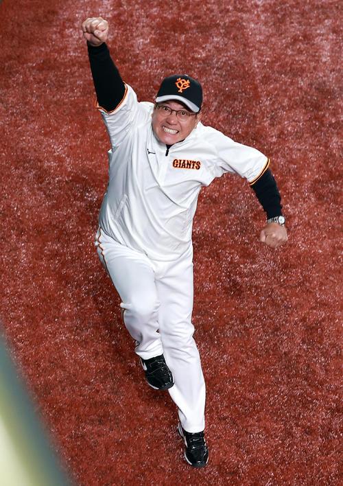 巨人対阪神 試合前練習中、外野をウォーキングしていた巨人原辰徳監督は、カメラマンを見つけると突然ダッシュしてジャンプでガッツポーズ(撮影・浅見桂子)