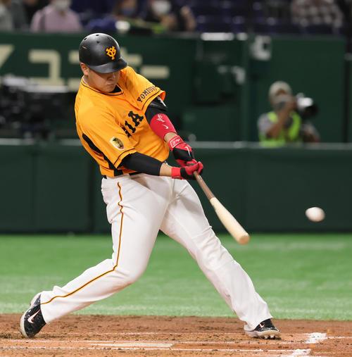 巨人対阪神 1回裏巨人1死一、三塁、適時二塁打を放つ岡本和(撮影・足立雅史)
