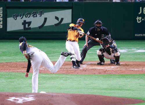 巨人対阪神 2回裏巨人無死、吉川は右越えソロ本塁打を放つ。投手秋山(撮影・浅見桂子)
