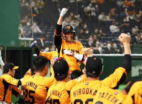 巨人対阪神 2回裏巨人1死一塁、坂本は2点本塁打を放ちガッツポーズ(撮影・足立雅史)