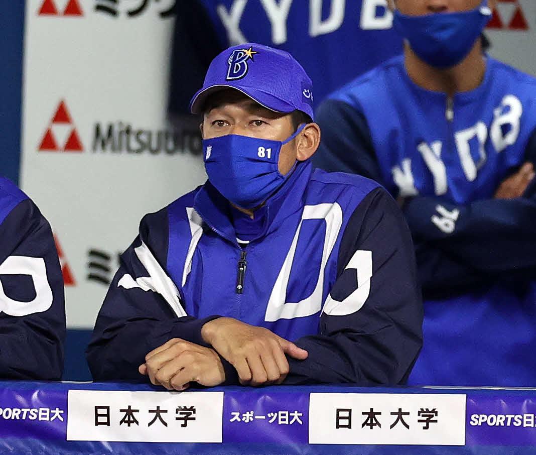 DeNA対中日 3回裏、戦況を見つめる三浦監督(撮影・鈴木正人)