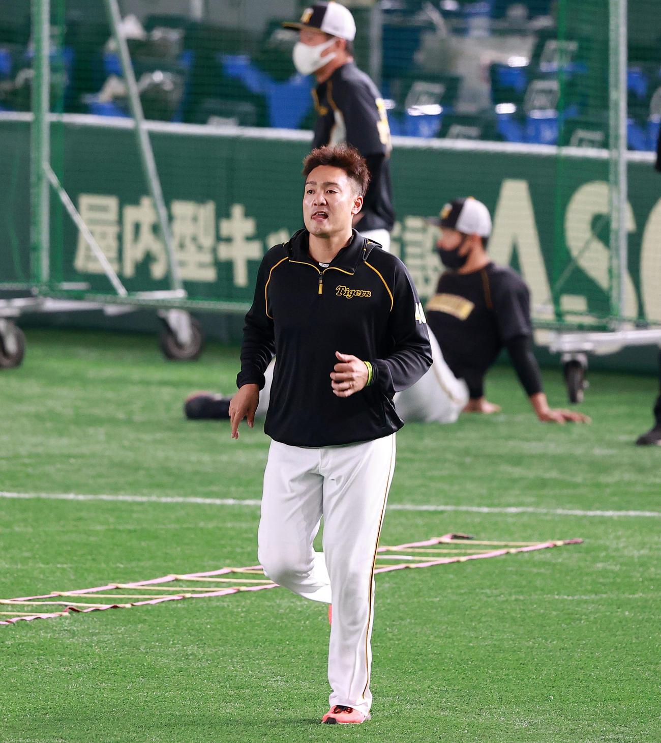 巨人対阪神 試合前練習でウォームアップする阪神の秋山(撮影・浅見桂子)