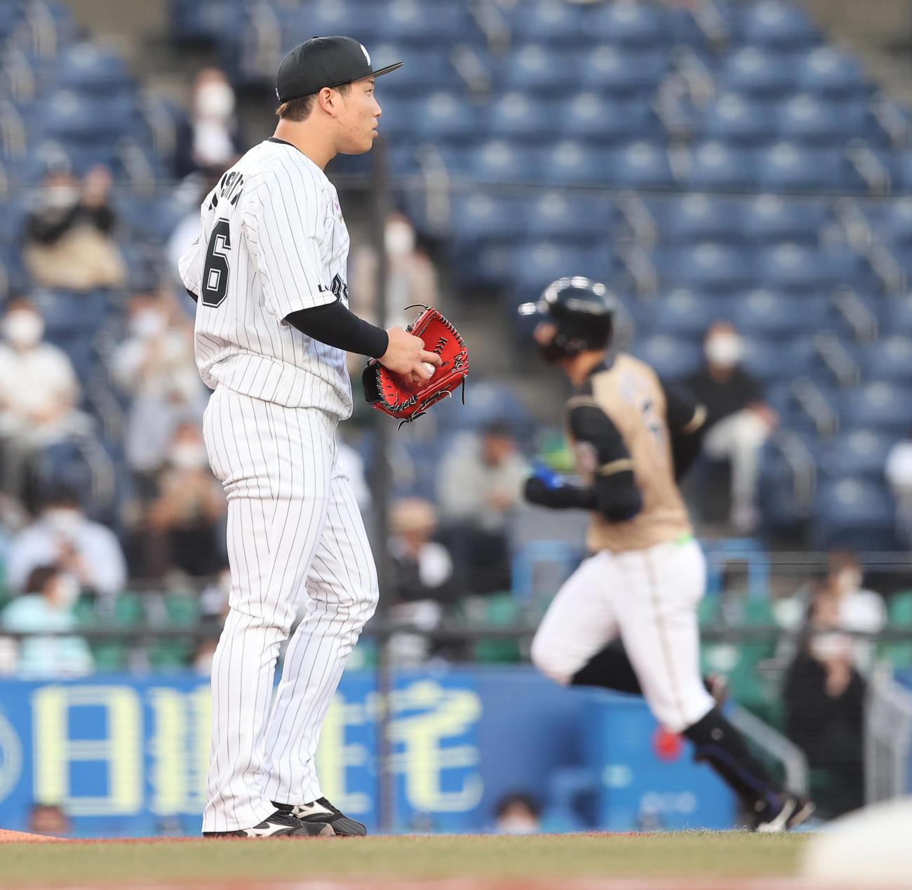 ロッテ対日本ハム 1回表日本ハム無死、大田(右)に先制の先頭打者本塁打を浴びる岩下(撮影・垰建太)