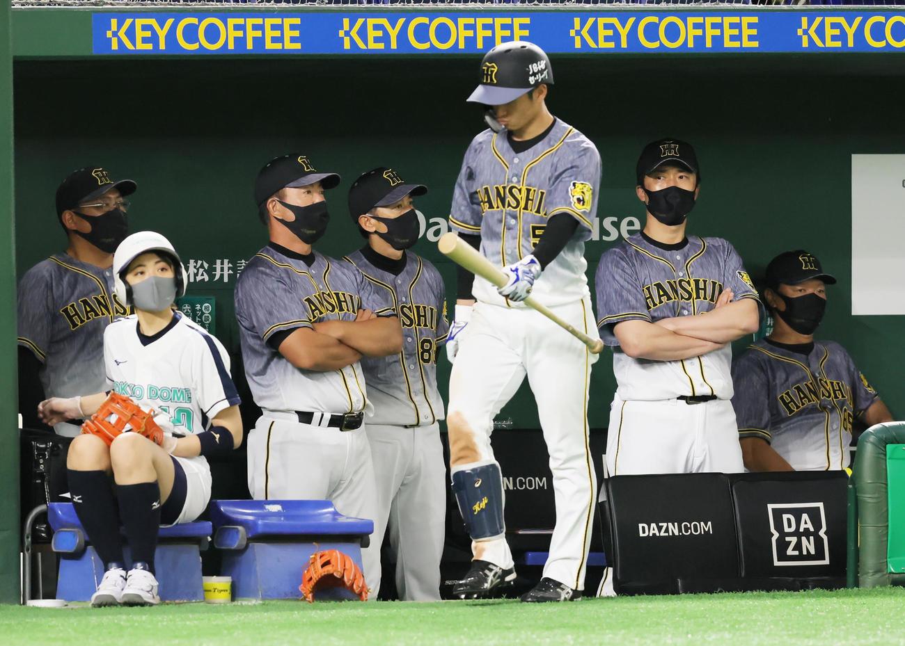 巨人対阪神 ベンチで厳しい表情を見せる阪神矢野燿大監督(中央左)ら