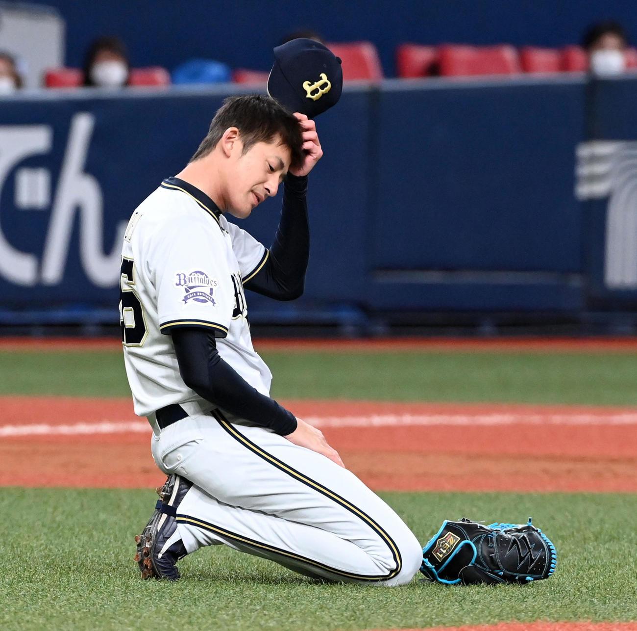 オリックス対西武 8回表西武無死、源田の打球を捕球できず投手内野安打となり頭をかく能見(撮影・前岡正明)