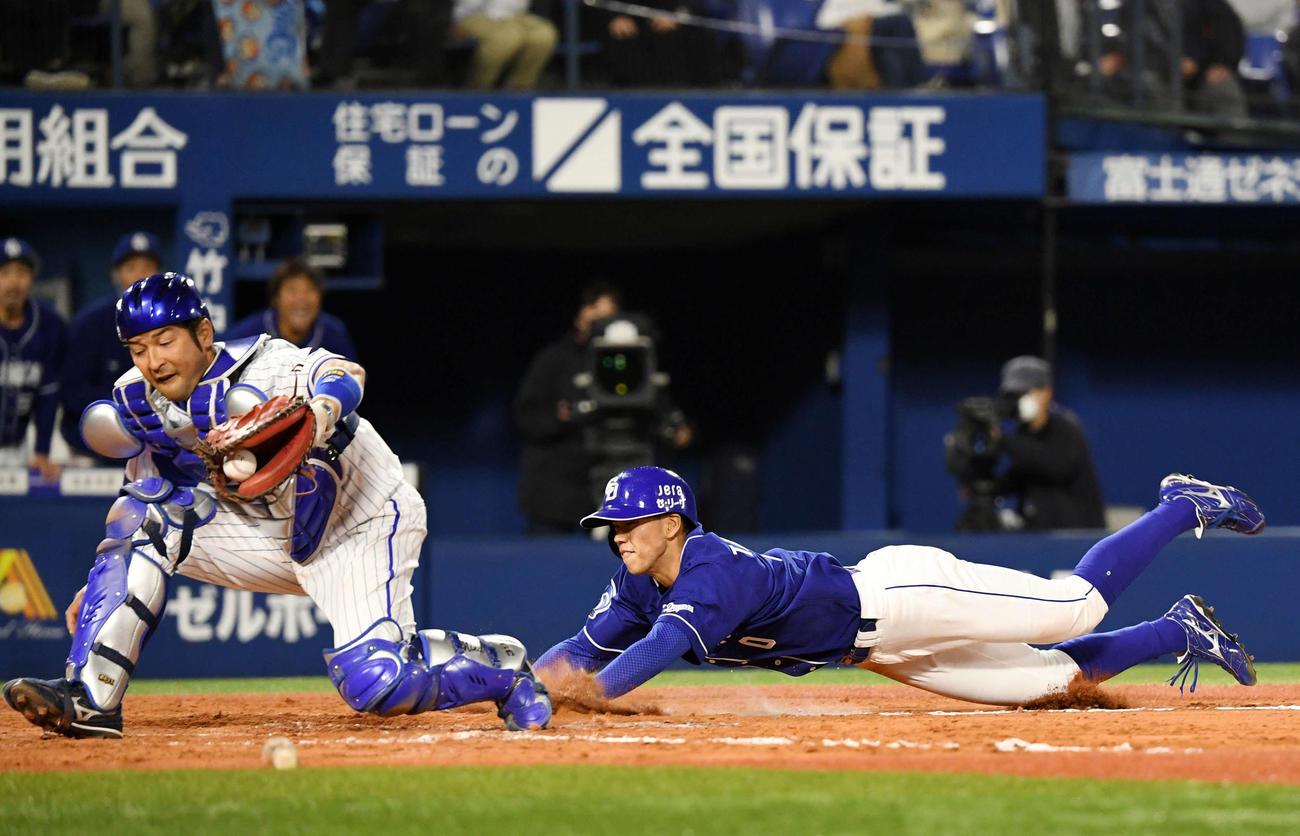 DeNA対中日 9回裏中日2死一塁、柴田の暴投の間に本塁へ生還する高松(撮影・横山健太)