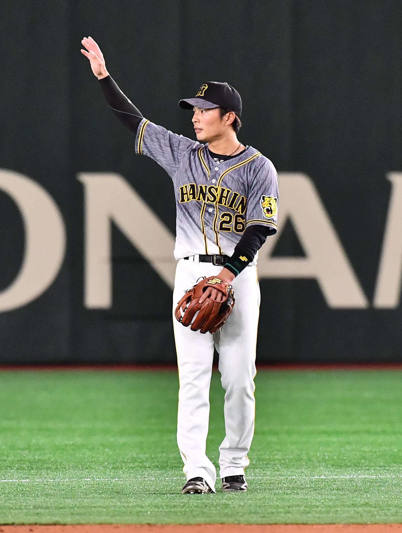 巨人対阪神 6回表2死一塁、左越え2点本塁打を放った北條史也はファンの拍手に手を上げて応える(撮影・上田博志)