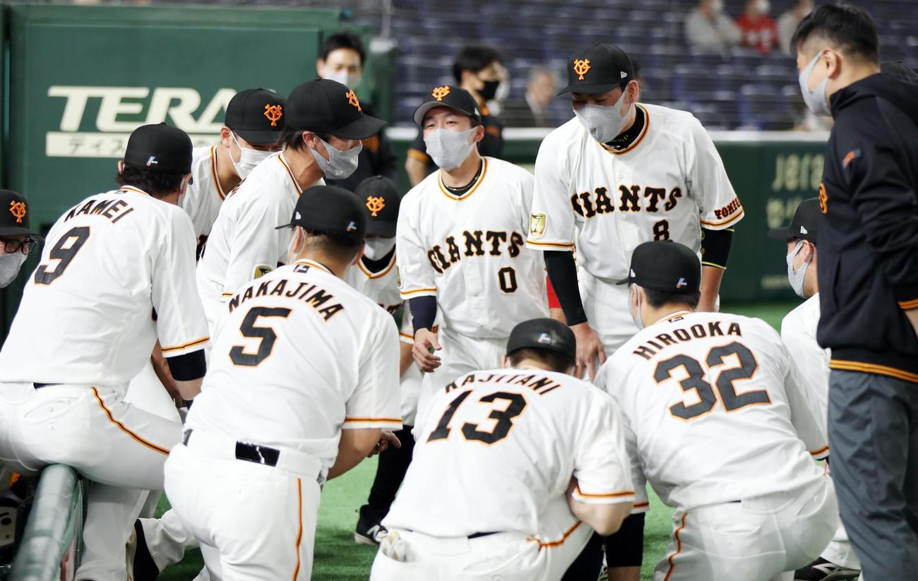 巨人対広島 試合前の円陣で声出しする重信(中央左)(撮影・狩俣裕三)