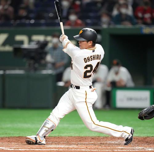 巨人対広島 5回裏巨人無死一塁、先制の中越え2点本塁打を放つ大城(撮影・鈴木みどり)