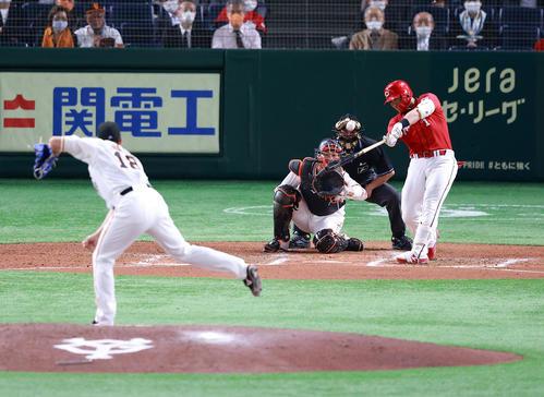 巨人対広島 6回表広島無死、鈴木誠は左越えソロ本塁打を放つ。投手菅野(撮影・浅見桂子)