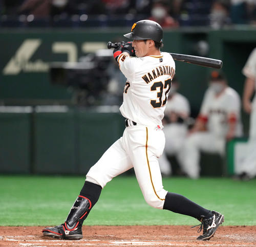巨人対広島 8回裏巨人2死二塁、右前打を放つ若林(撮影・鈴木みどり)