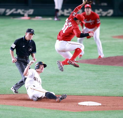 巨人対広島 8回裏巨人1死一塁、一塁走者梶谷(左)は二塁盗塁成功。遊撃手小園(撮影・浅見桂子)