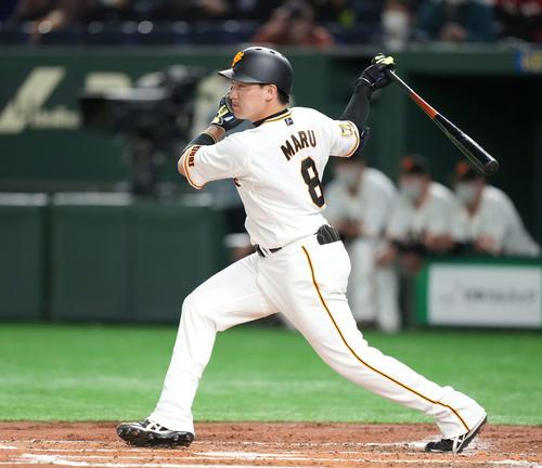 巨人対広島 2回裏巨人1死、右中間に二塁打を放つ丸(撮影・鈴木みどり)