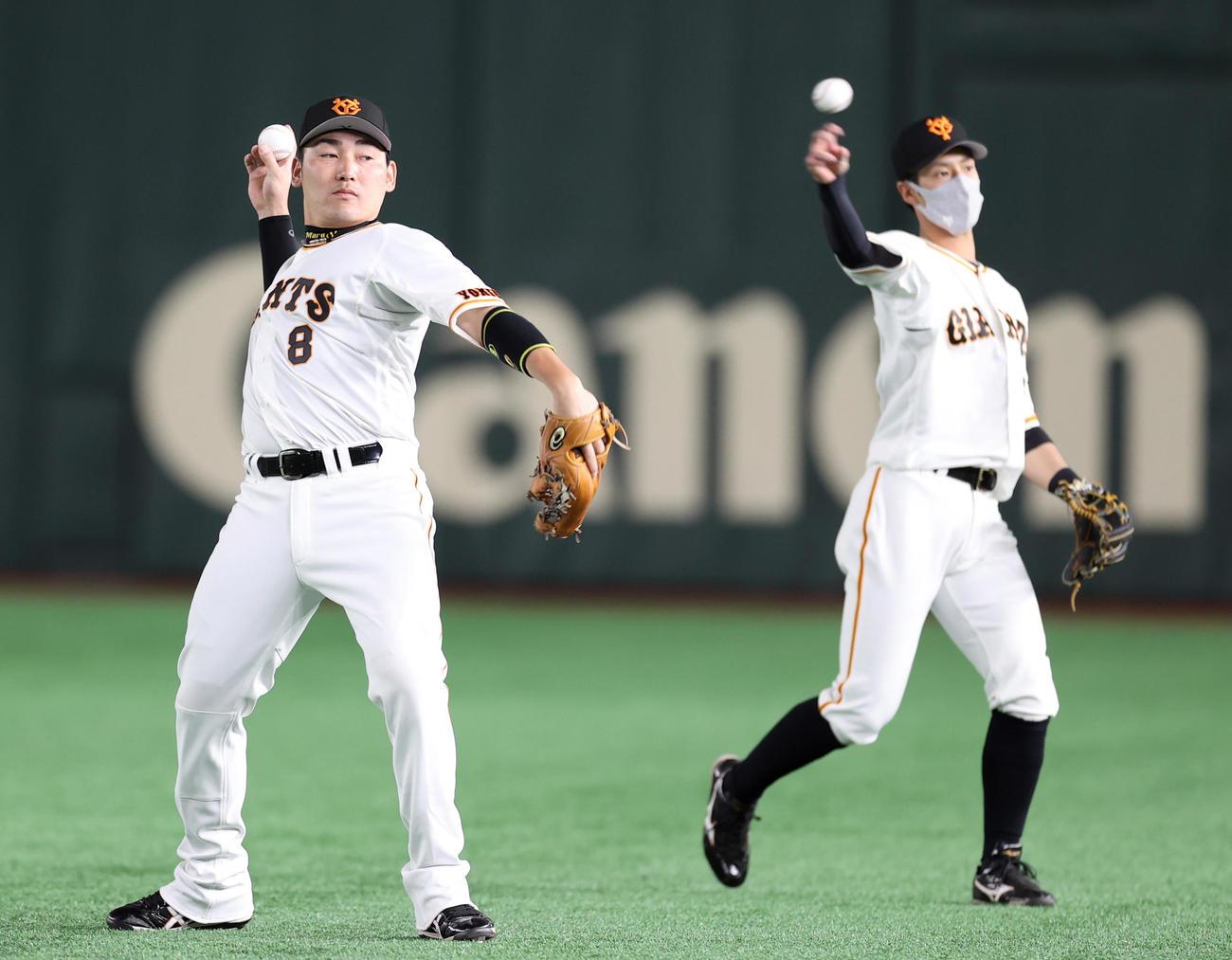 巨人対広島 試合前にキャッチボールをする先発出場の丸と若林(撮影・狩俣裕三)