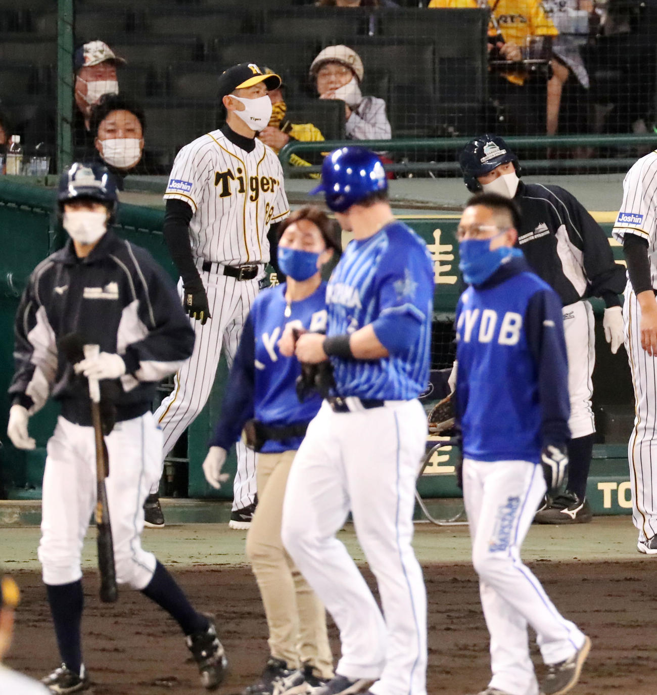 阪神対DeNA 5回表DeNA無死、矢野監督はオースティンに死球を与えた藤浪の交代を告げる(撮影・加藤哉)