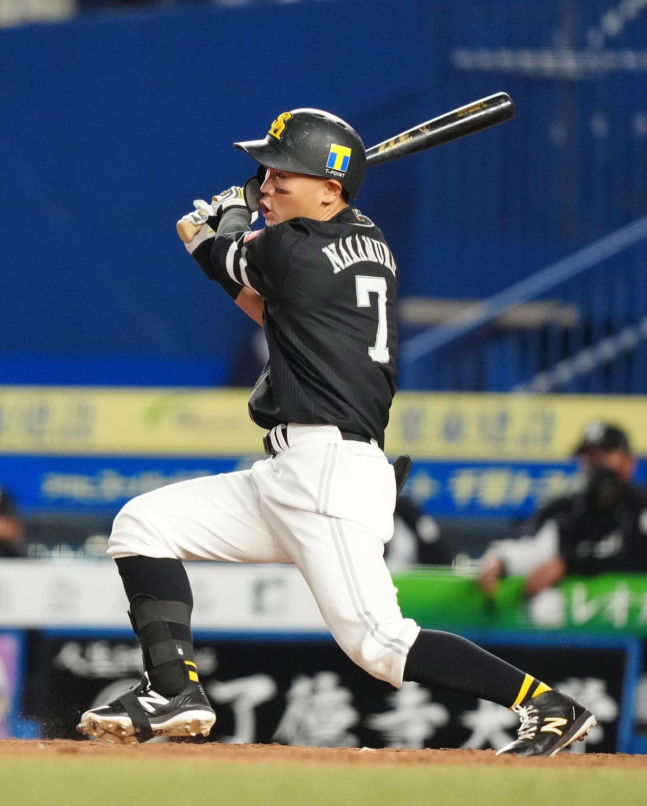 ロッテ対ソフトバンク 9回表ソフトバンク1死一塁、同点適時二塁打を放つ中村晃(撮影・江口和貴)