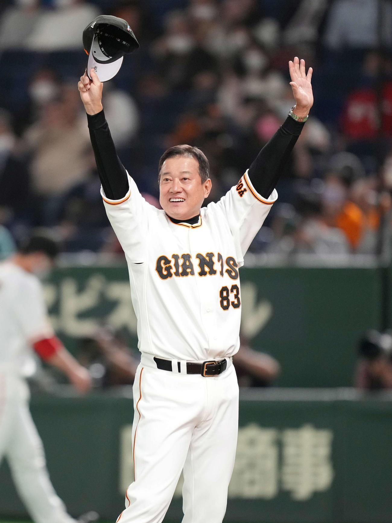 巨人対広島 広島に勝利し、ファンの声援に応える巨人原監督(撮影・鈴木みどり)