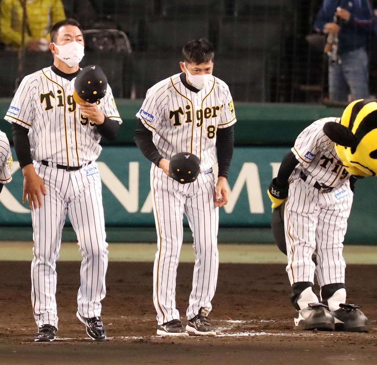 阪神対DeNA DeNAに敗れあいさつする矢野監督、左は井上ヘッドコーチ(撮影・加藤哉)