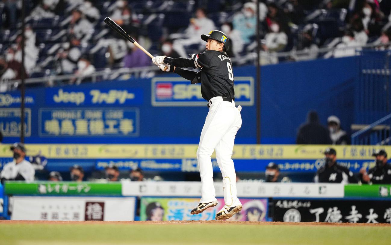ロッテ対ソフトバンク 4回表ソフトバンク無死、左中間にソロ本塁打を放つ柳田(撮影・江口和貴)