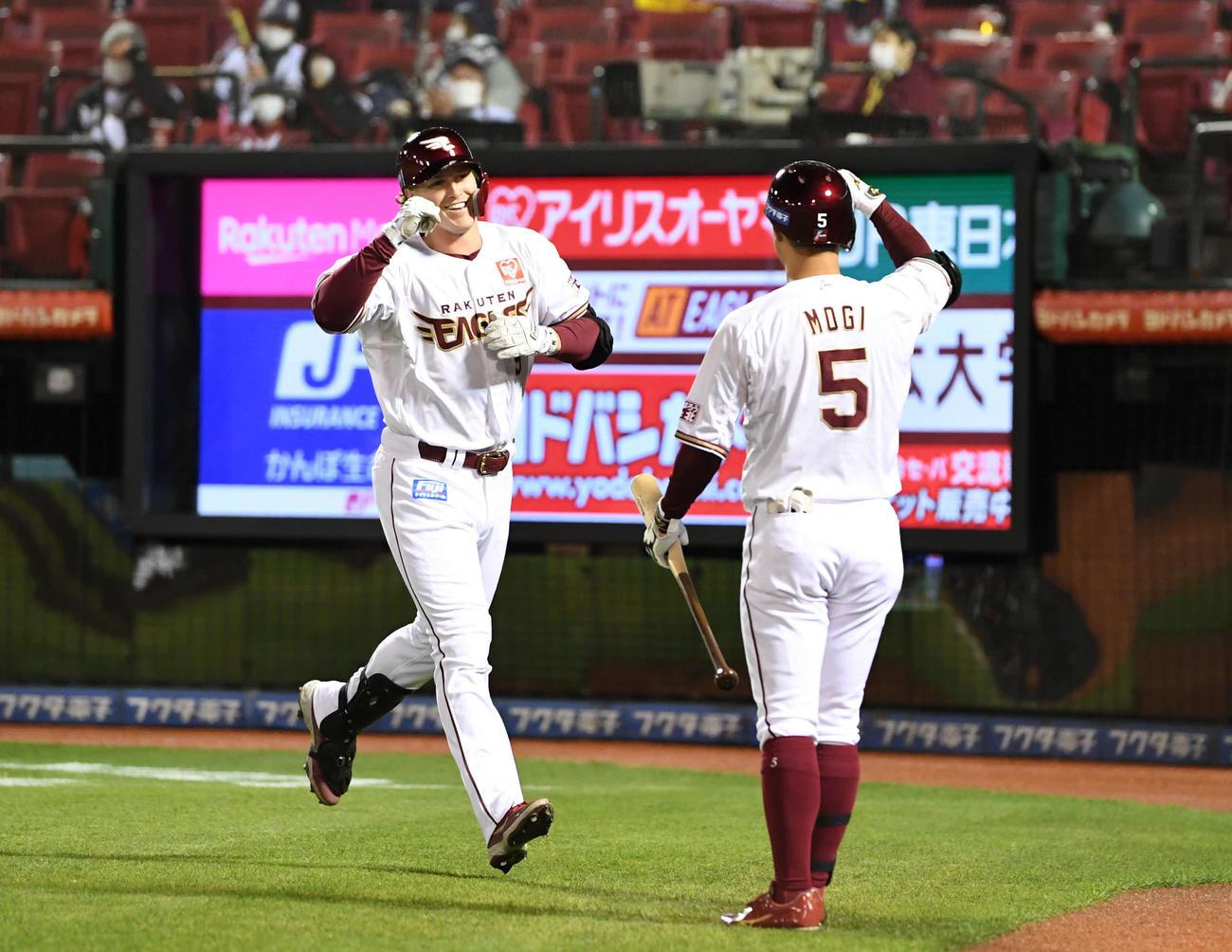 楽天対西武 4回裏楽天1死、ソロ本塁打を放ったディクソン(左)は笑顔でガッツポーズ(撮影・山崎安昭)