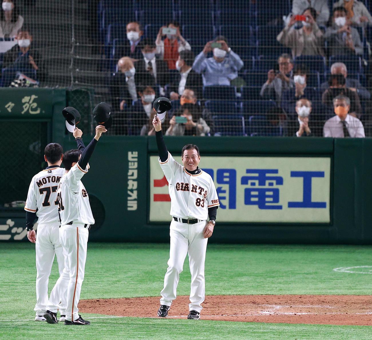 巨人対広島 3連勝で満面の笑みであいさつする巨人の原監督(撮影・浅見桂子)