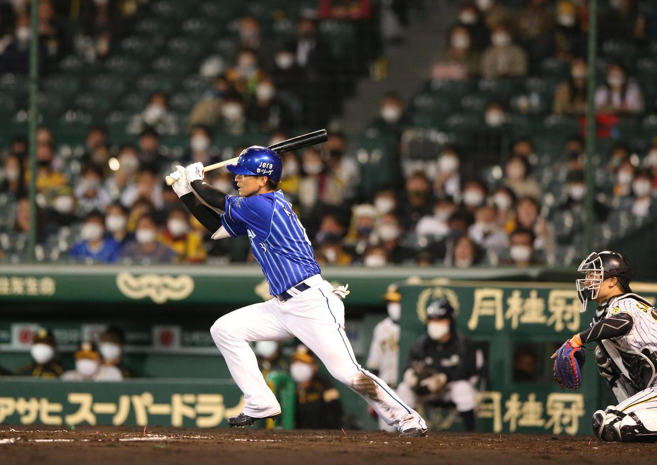 阪神対DeNA 5回表DeNA1死満塁、神里は右前適時打を放つ(撮影・上山淳一)