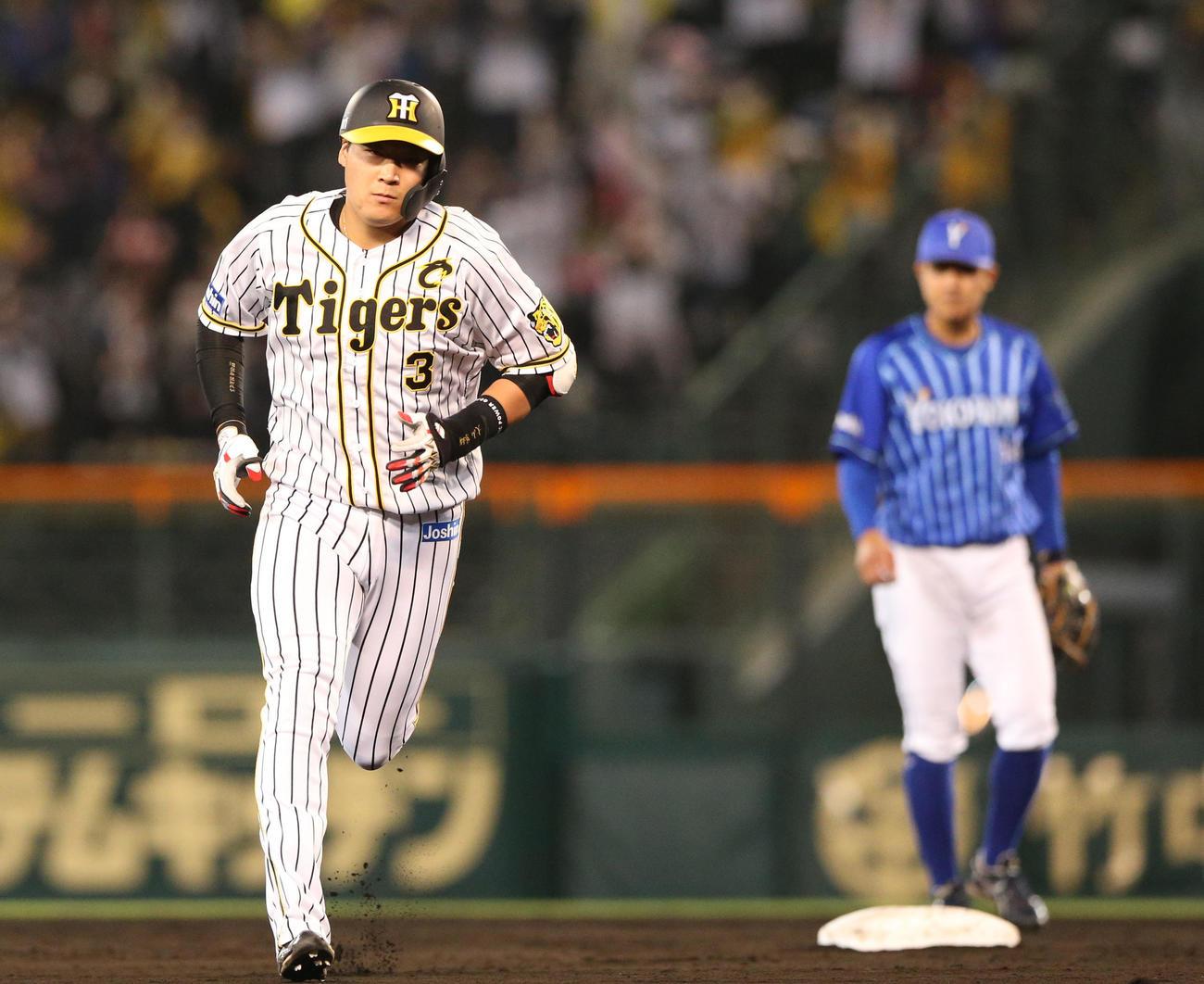 阪神対DeNA 4回裏阪神2死、大山は左越え本塁打を放ちベースランする(撮影・上山淳一)
