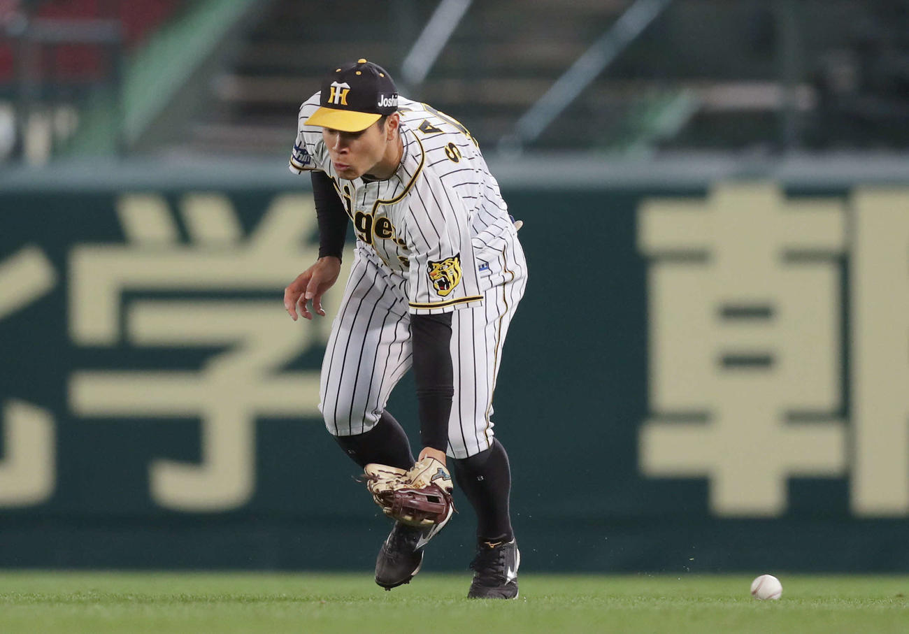 阪神対DeNA 5回表DeNA1死満塁、神里の右前打を後逸する右翼手佐藤輝(撮影・前田充)
