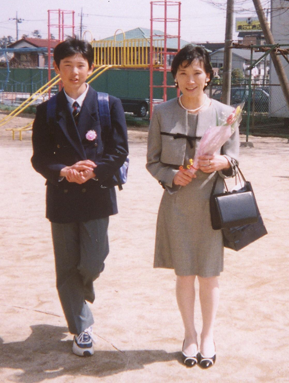 母たつ子さん(右)と松戸第六中の入学式に臨む涌井秀章。当時12歳=1999年 外部提供