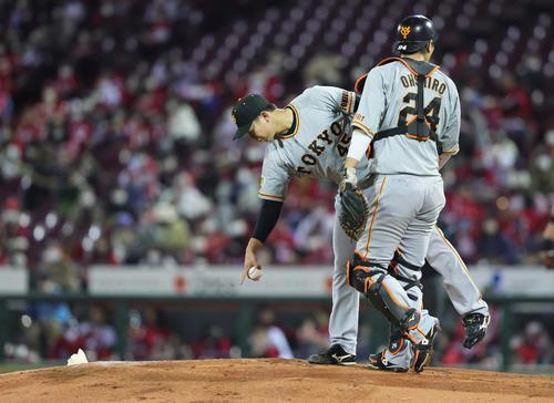 広島対巨人 5回裏広島2死一塁、ボークを取られた巨人畠(左)はマウンドを指さす。捕手大城(撮影・足立雅史)