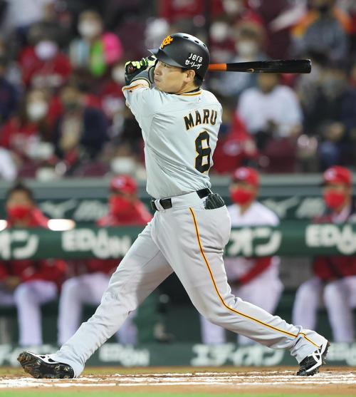 広島対巨人 6回表巨人2死、右越え本塁打を放つ丸(撮影・足立雅史)