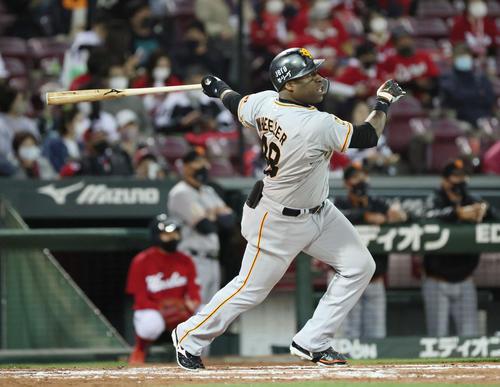 広島対巨人 7回表巨人無死、ウィーラーは勝ち越しの中越え本塁打を放つ(撮影・加藤孝規)