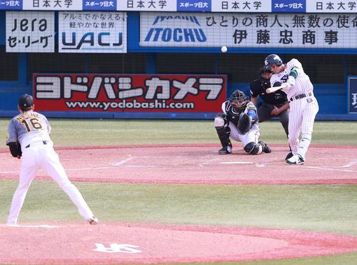 ヤクルト対阪神 5回裏ヤクルト無死、西勇から中越え本塁打を放つ西浦(撮影・野上伸悟)