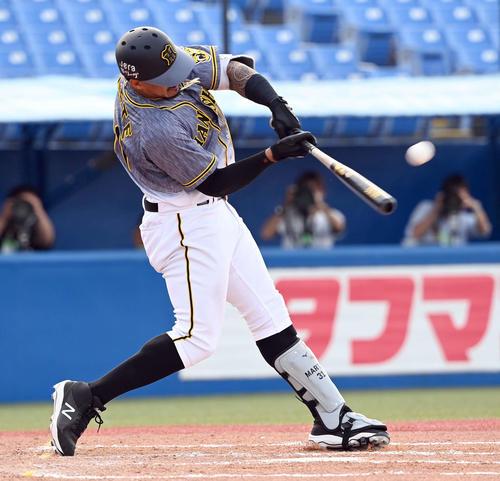 7回表阪神1死、中越えに勝ち越しのソロ本塁打を放つマルテ(撮影・たえ見朱実)