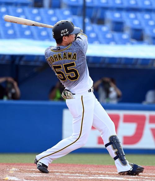 6回表阪神1死一、二塁、左中間に2点適時打を放つ代打陽川(撮影・たえ見朱実)