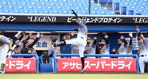 7回表阪神1死、中越えに勝ち越しのソロ本塁打を放ったマルテとポーズを決めるナイン(撮影・たえ見朱実)