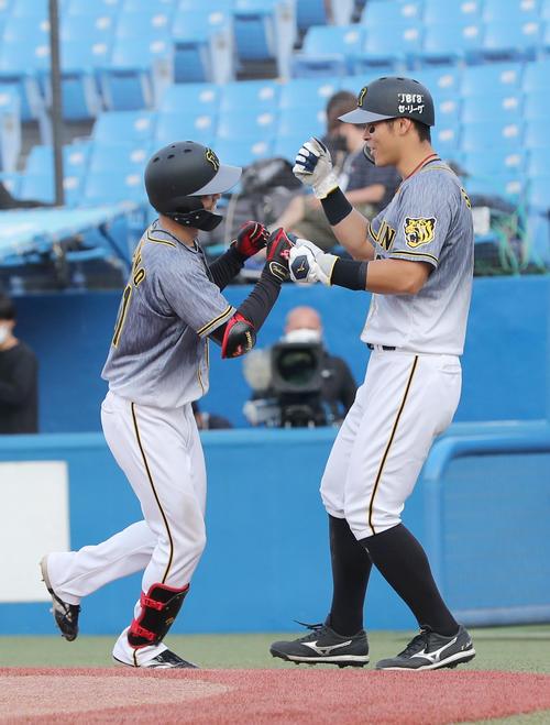 ヤクルト対阪神 8回表阪神1死二塁、右越え2点本塁打を放った中野(左)を迎える佐藤輝(撮影・前田充)