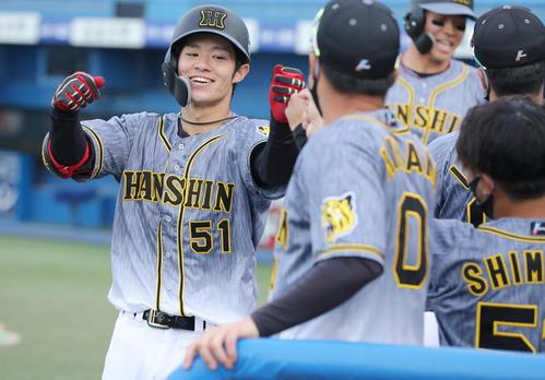 ヤクルト対阪神 8回表阪神1死二塁、右越え2点本塁打を放った中野(左)はナインに迎えられ笑顔を見せる(撮影・前田充)