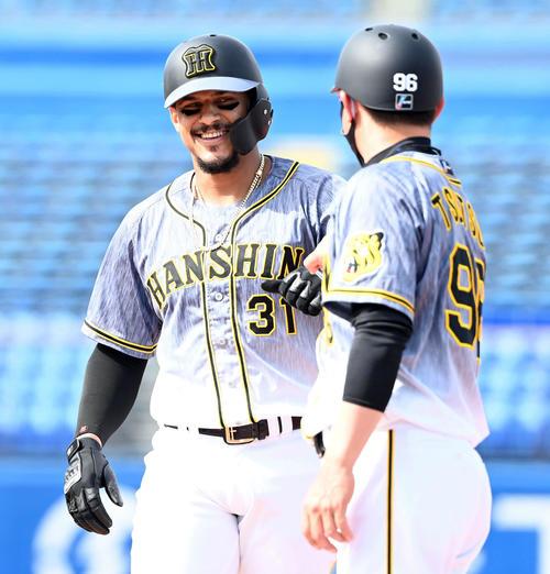 3回表阪神無死二、三塁、中前に先制の適時打を放ち、笑顔を見せるマルテ(撮影・たえ見朱実)
