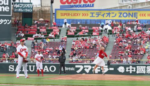 広島対巨人 始球式。左は高橋昂(撮影・加藤孝規)