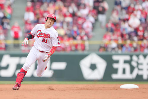 広島対巨人 3回裏広島1死、右三塁打を放った小園(撮影・足立雅史)