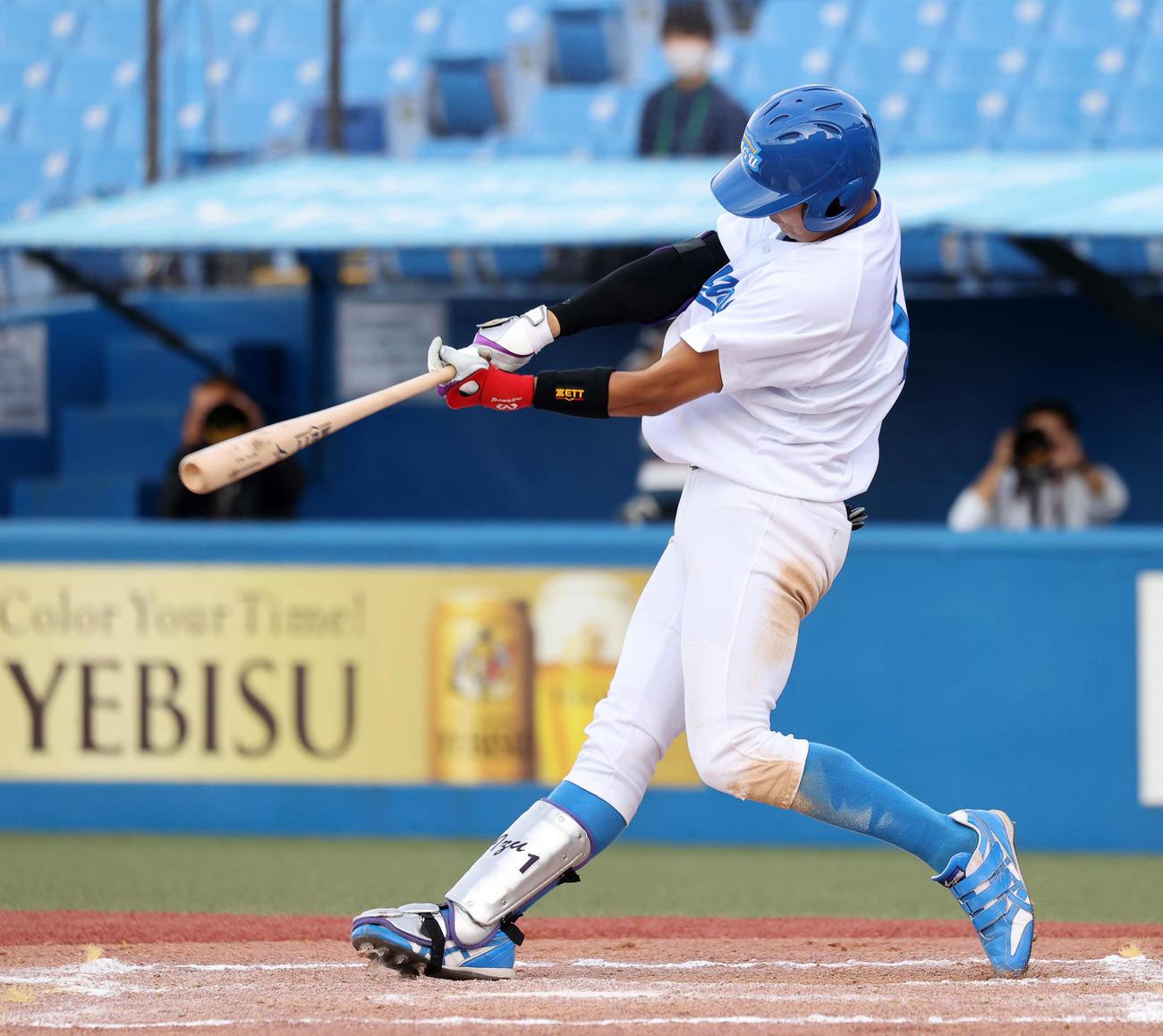 駒大対青学大 7回裏青学大2死二塁、泉口は右中間本塁打を放つ(撮影・鈴木正人)